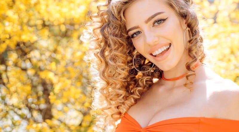 Mooi vrouwelijk gezicht Het mooie meisje glimlachen Verbazend vrouwenportret Blondemodel met kapsel stock foto's