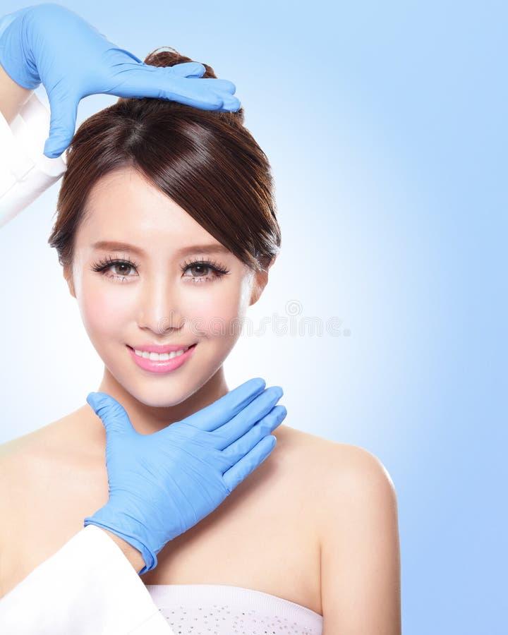 Mooi vrouwelijk gezicht met de handschoen van de Plastische chirurgie stock foto's