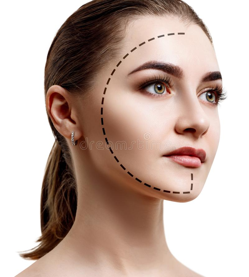 Mooi vrouwelijk gezicht met gestippelde lijn op gezichtsovaal stock foto's