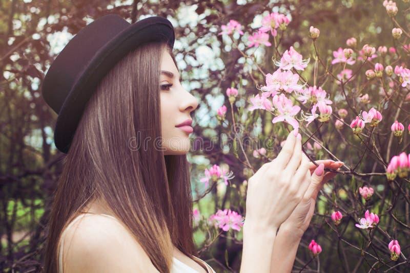Mooi Vrouwelijk Gezicht, Profiel Gezonde vrouw met duidelijke huid en de lentebloemen stock afbeeldingen