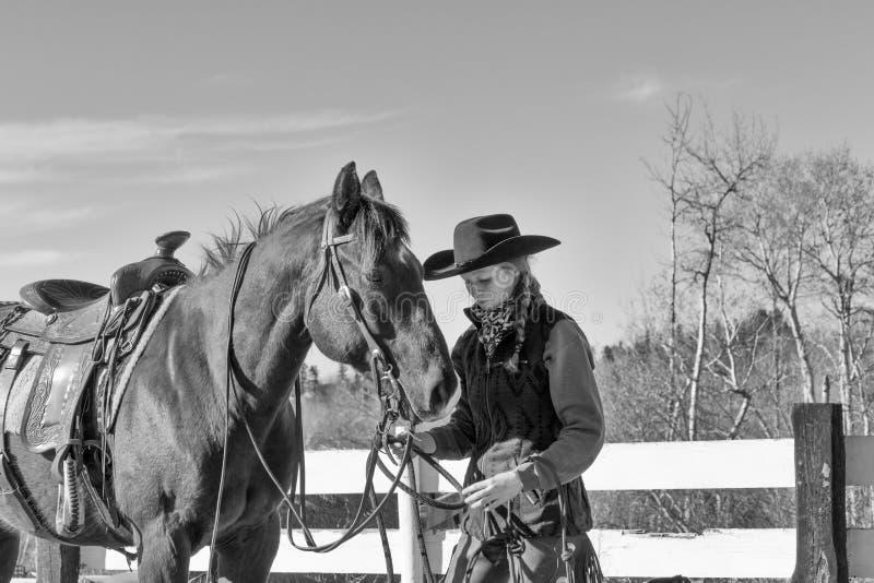 Mooi vrouwelijk model als veedrijfster en paard stock afbeeldingen