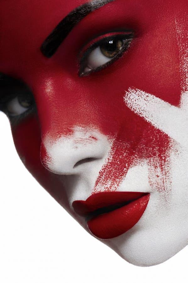 Mooi vrouwelijk model met witte huid en bloed op gezicht stock fotografie