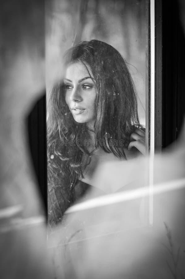 Mooi vrouwelijk portret met lang haar, gezichtsmening Echt natuurlijk brunette die weg dagdromend, dramatisch concept kijken stock foto's