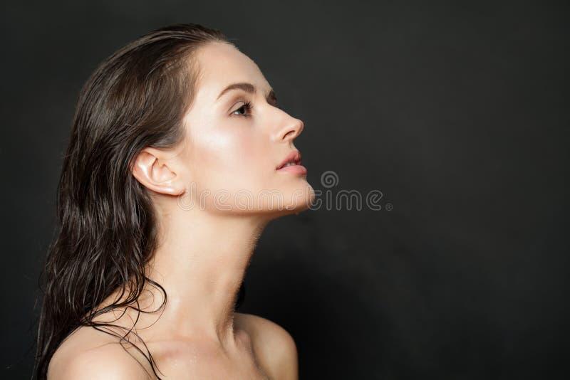 Mooi vrouwelijk profiel Gezonde vrouw met natuurlijke duidelijke huid op zwarte achtergrond stock afbeelding