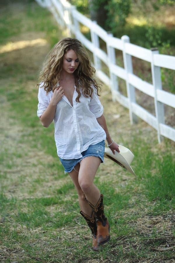 Mooi vrouwelijk wit model als veedrijfster royalty-vrije stock foto