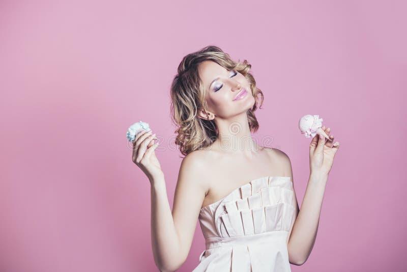Mooi vrouwen modelblonde met roomijs en samenstellingsmanier stock foto's
