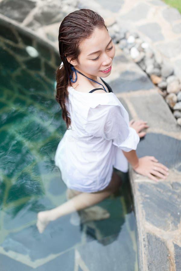 Mooi Vrouwen Zwembad bij de Toevlucht Ontspannen Tropische Vakantie van het Portret Jonge Aziatische Meisje stock foto's