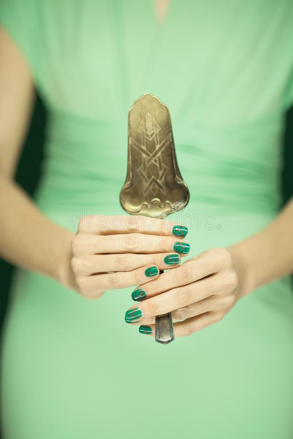 Mooi vrouwencijfer, bruidsmeisje in groene uitstekende de cakeserver van de kledingsholding royalty-vrije stock foto