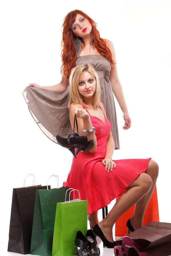 Mooi vrouwengember en blonde met het winkelen zakken stock foto's