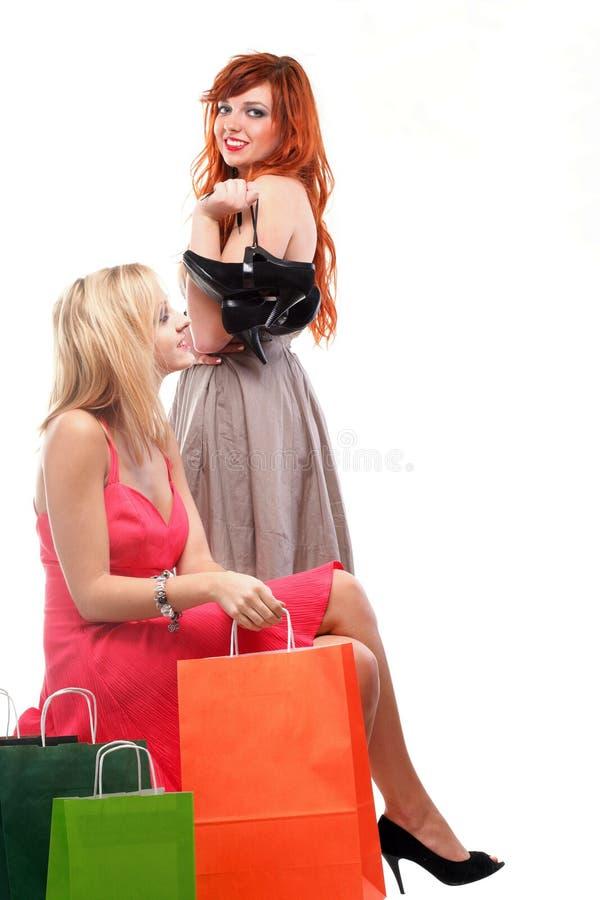 Mooi vrouwengember en blonde met het winkelen zakken royalty-vrije stock afbeeldingen