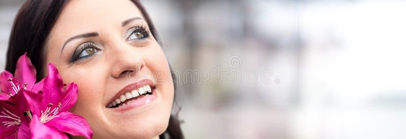 Mooi vrouwengezicht met bloem stock foto's