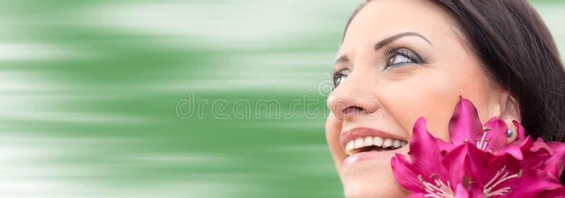 Mooi vrouwengezicht met bloem royalty-vrije stock fotografie