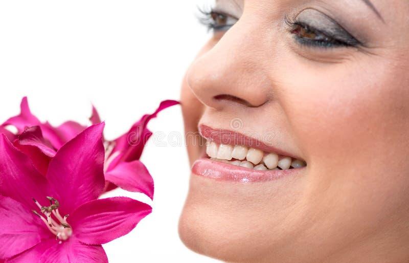 Mooi vrouwengezicht met bloem royalty-vrije stock afbeeldingen