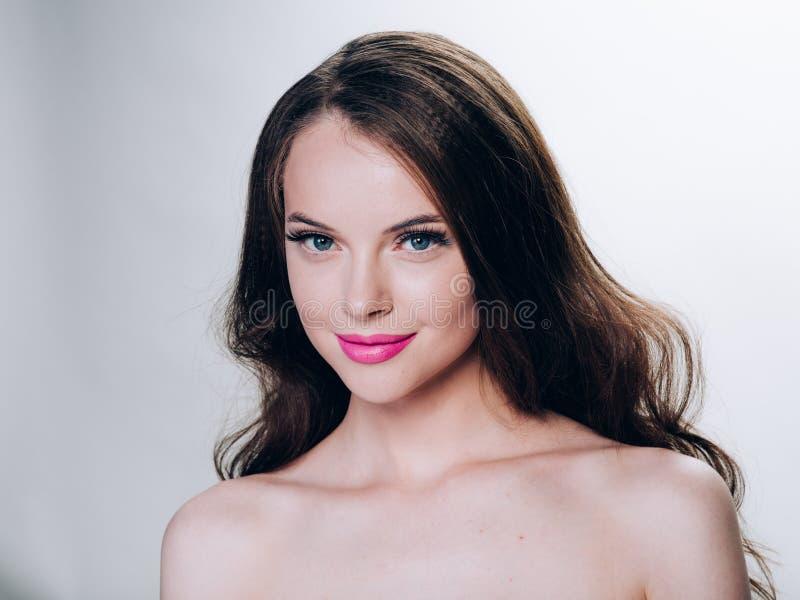 Mooi vrouwengezicht met gezonde de huid natuurlijke make-up van de wimpersschoonheid royalty-vrije stock afbeeldingen