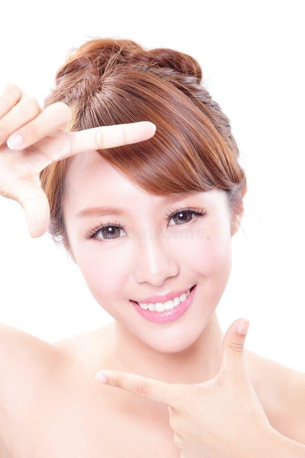 Mooi Vrouwengezicht met gezondheidshuid en tanden stock afbeelding