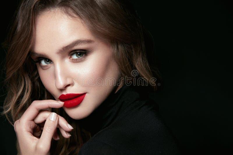Mooi Vrouwengezicht met Make-up en Rode Lippen royalty-vrije stock foto's