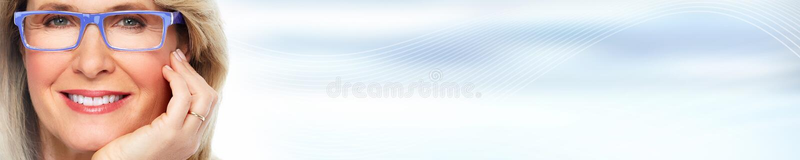 Mooi vrouwengezicht over blauwe abstracte achtergrond royalty-vrije stock afbeelding