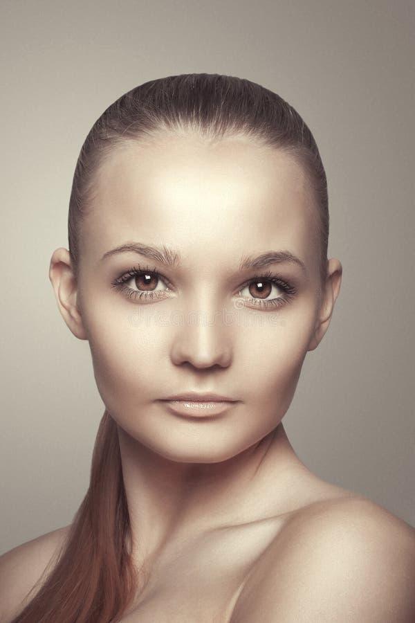 Mooi vrouwengezicht. Schone huid. Schoonheidsmanier stock fotografie