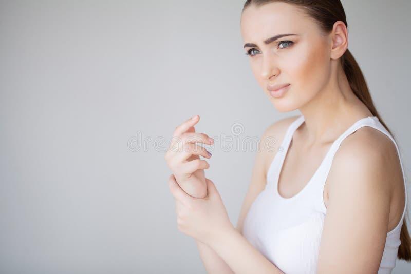 Mooi Vrouwenlichaam die Pijn in Schouders voelen Wapenspijn stock fotografie