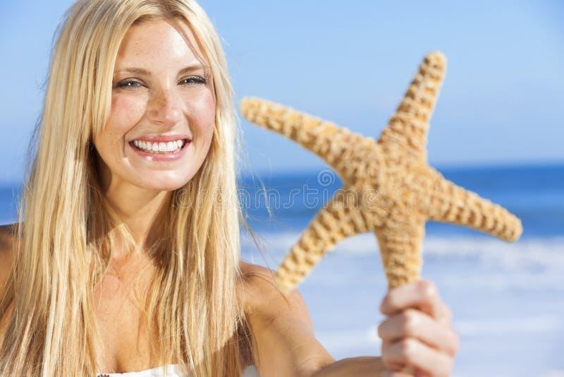 Mooi Vrouwenmeisje in Bikini met Zeester bij Strand royalty-vrije stock afbeeldingen