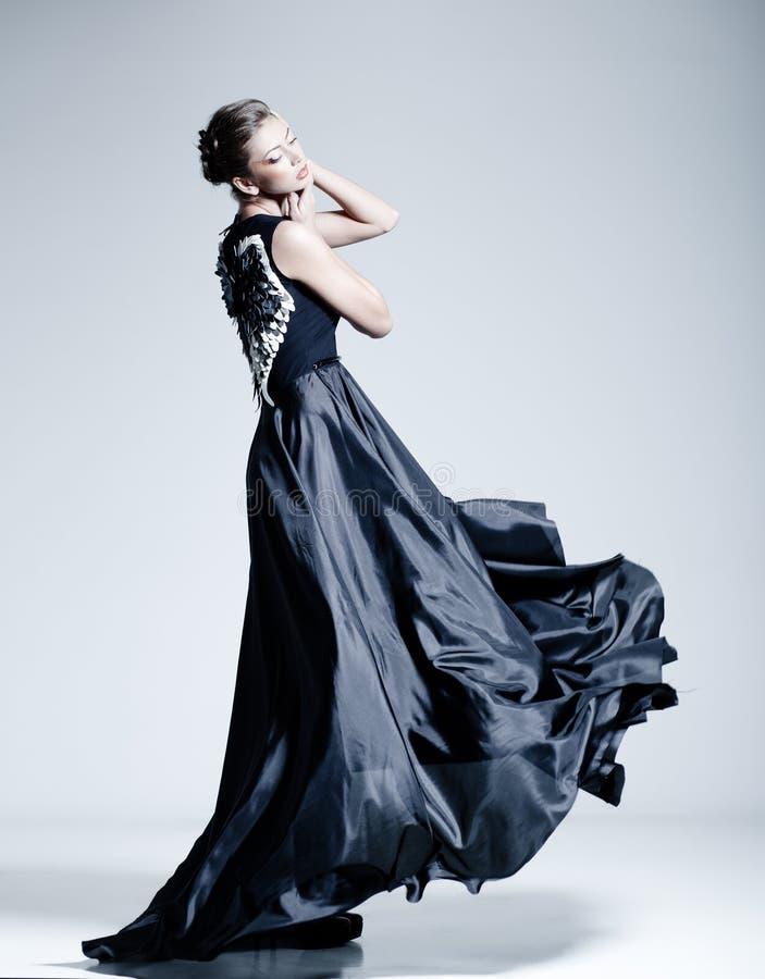 Mooi vrouwenmodel gekleed in een elegante kleding royalty-vrije stock foto