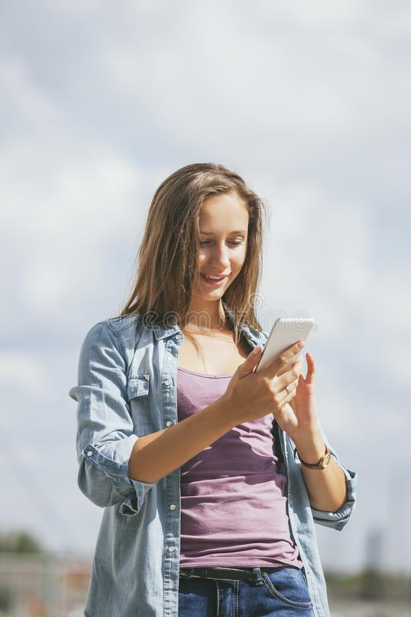 Mooi vrouwenmodel met mobiele telefoonsmartphone royalty-vrije stock foto