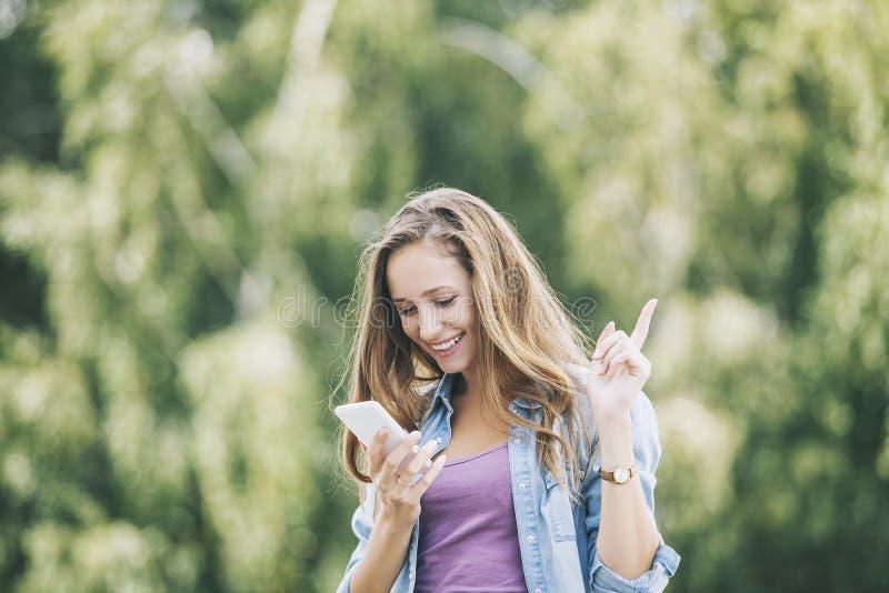 Mooi vrouwenmodel met mobiele telefoonsmartphone stock fotografie
