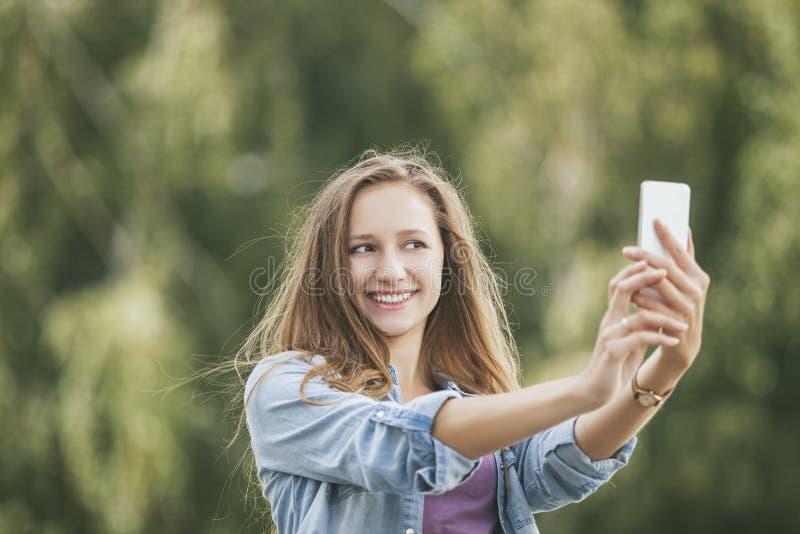 Mooi vrouwenmodel met mobiele telefoonsmartphone royalty-vrije stock afbeelding