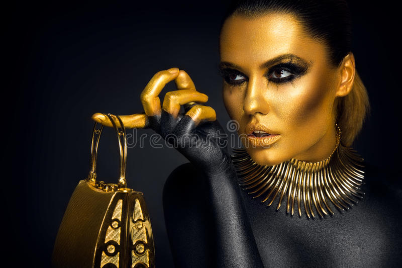 Mooi vrouwenportret in gouden en zwarte kleuren royalty-vrije stock foto's