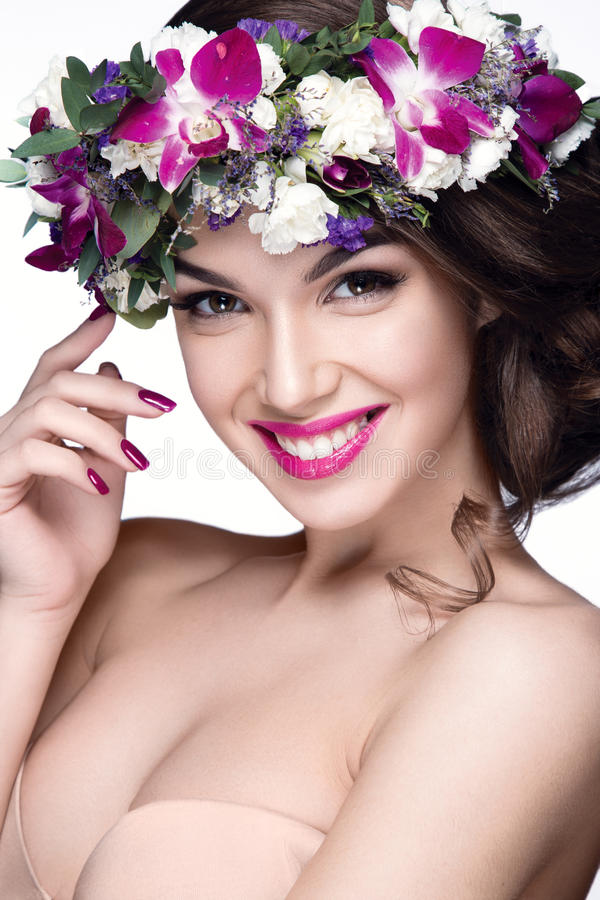 Mooi vrouwenportret met bloemen op hoofd stock foto's