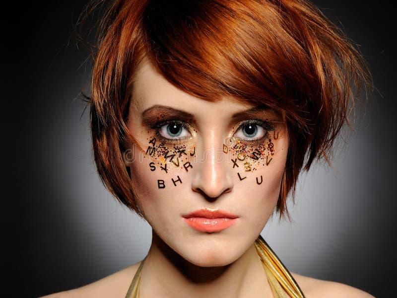 Mooi vrouwenportret met creatieve samenstelling stock foto