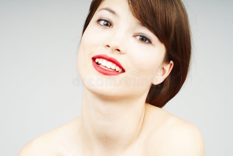 Mooi vrouwenportret met een aardige glimlach stock afbeelding