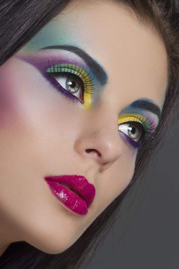 Mooi vrouwenportret met heldere kleurrijke make-up stock foto's