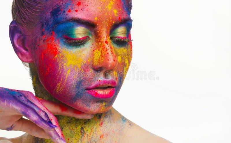Mooi vrouwenportret met heldere kunstsamenstelling stock foto's
