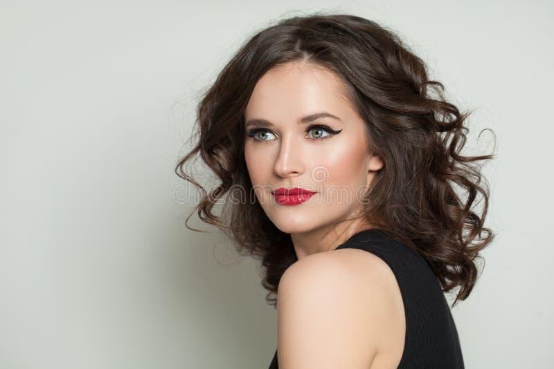 Mooi vrouwenportret Mooi model met make-up en golvend kapsel royalty-vrije stock afbeelding