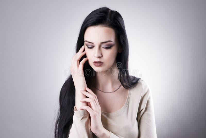 Mooi vrouwenportret op een grijze achtergrond Professionele Make-up royalty-vrije stock foto
