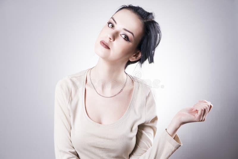 Mooi vrouwenportret op een grijze achtergrond Professionele Make-up stock afbeeldingen
