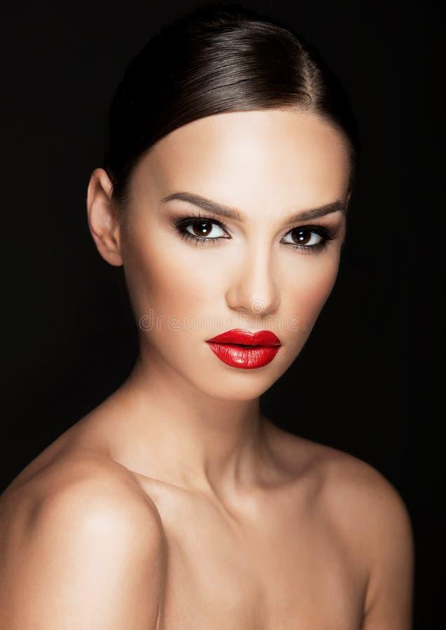 Mooi vrouwenportret, schoonheid op donkere achtergrond royalty-vrije stock foto