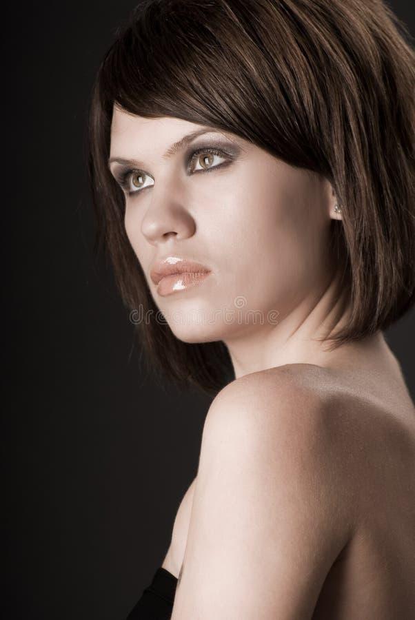 Mooi vrouwenportret Sexy meisje Schoonheid het model stellen over donkere achtergrond Het Portret van de Schoonheid van de manier stock afbeeldingen