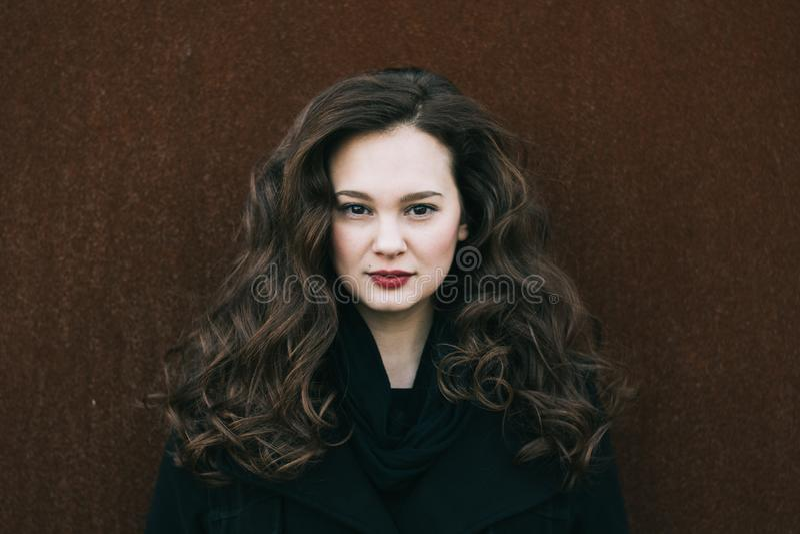 Mooi vrouwenportret Sociaal media profielbeeld 20-29 jaar oud vrouwelijk portret Lang krullend haar donkerbruin meisje royalty-vrije stock fotografie