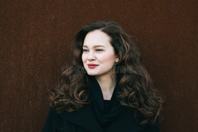 Mooi vrouwenportret Sociaal media profielbeeld 20-29 jaar oud vrouwelijk portret Lang krullend haar donkerbruin meisje royalty-vrije stock afbeelding