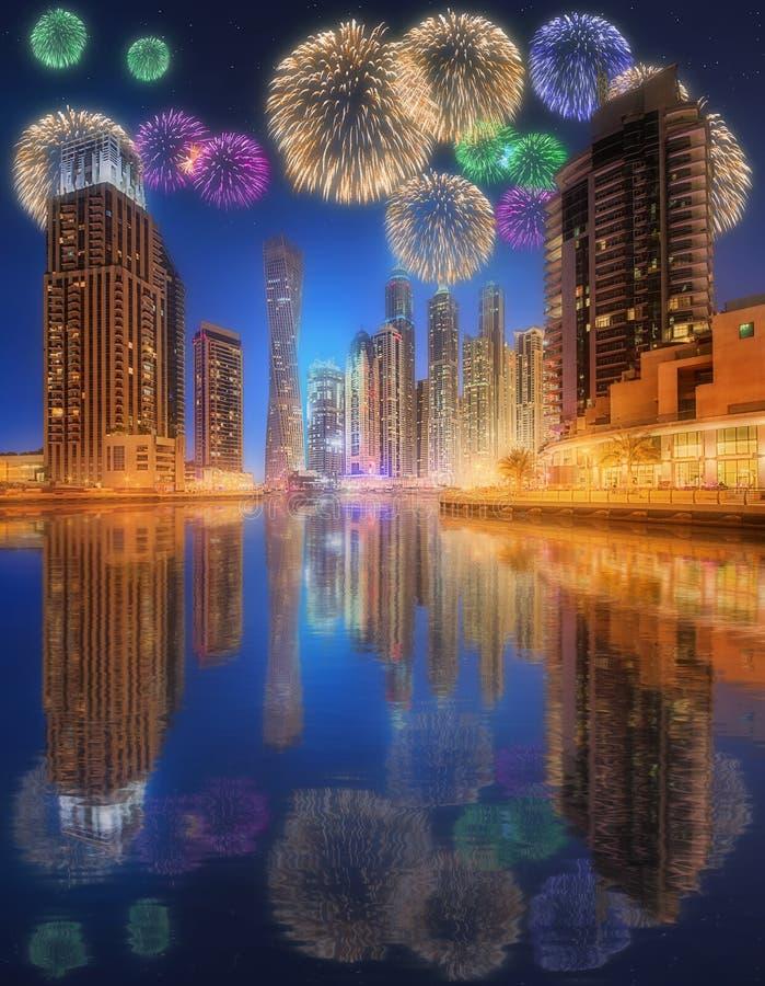 Mooi vuurwerk in de jachthaven van Doubai De V.A.E royalty-vrije stock afbeeldingen