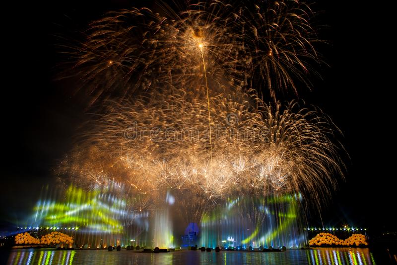Mooi vuurwerk in de nachthemel stock fotografie
