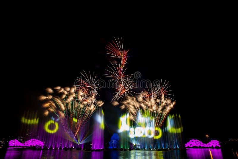 Mooi vuurwerk in de nachthemel royalty-vrije stock afbeelding