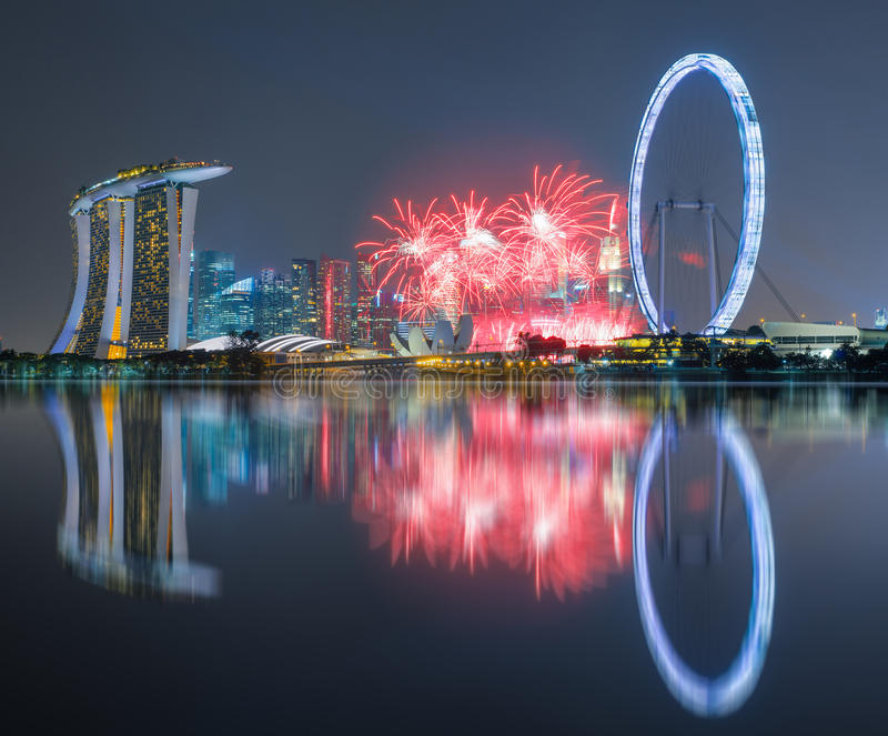 Mooi vuurwerk die de 50ste Verjaardag van Singapore in Mar vieren stock afbeeldingen