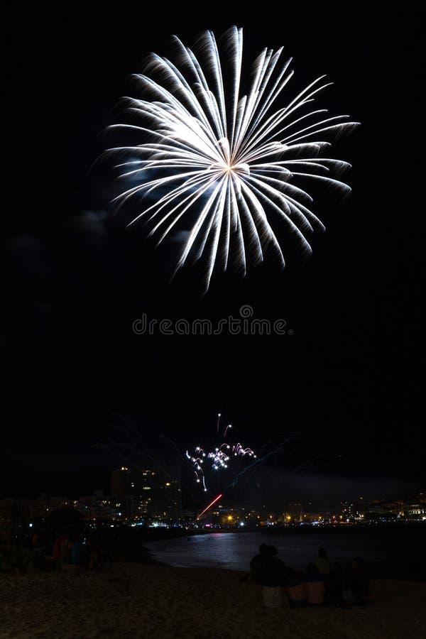 Mooi vuurwerk in een kleine Spaanse stad Palamos, dag van het vieren van stad 06 26 2019 stock afbeeldingen
