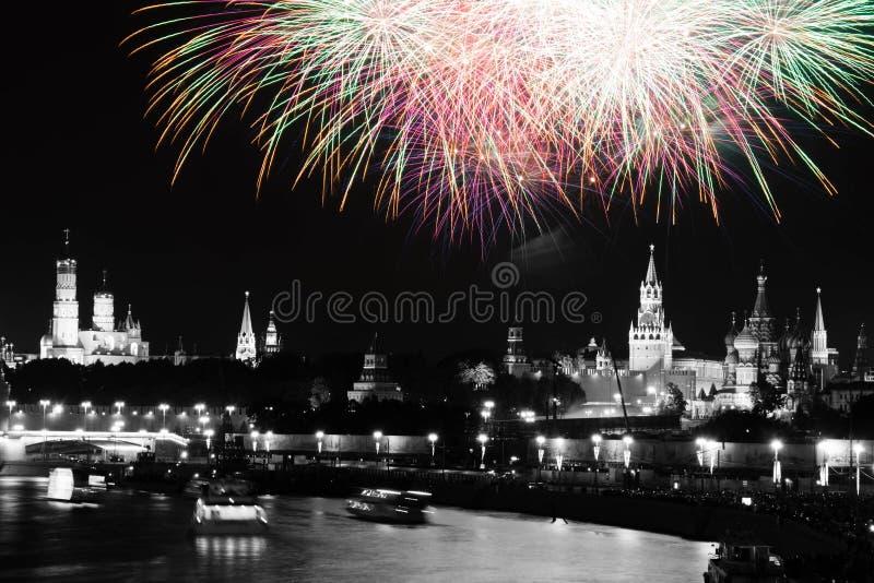 Mooi vuurwerk in hemel over Moskou zwart-witte het Kremlin stock fotografie