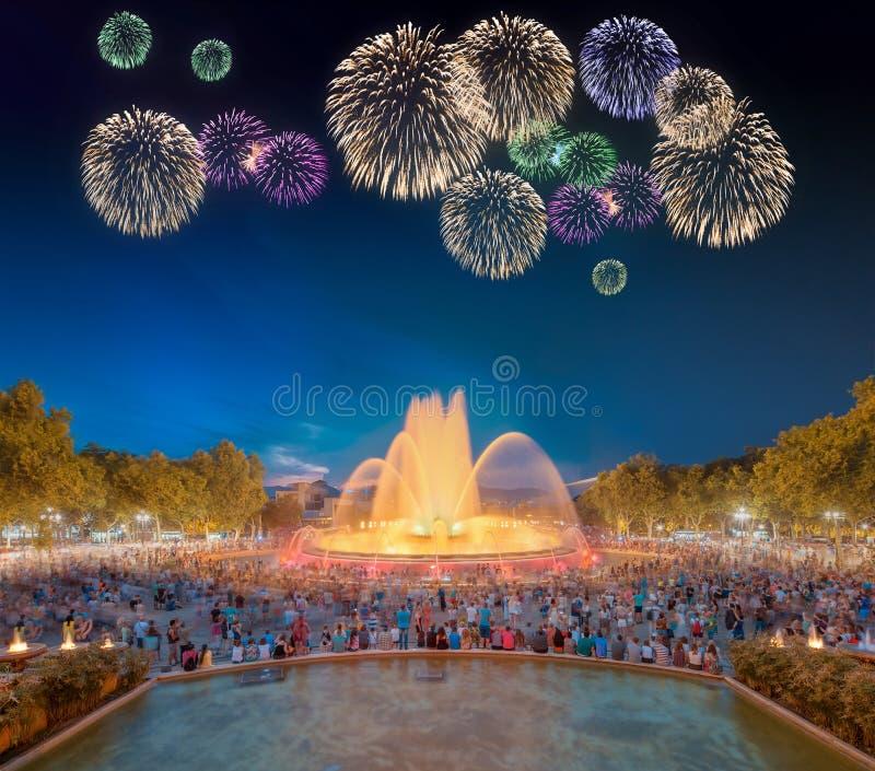 Mooi vuurwerk onder Magische Fontein in Barcelona royalty-vrije stock afbeeldingen