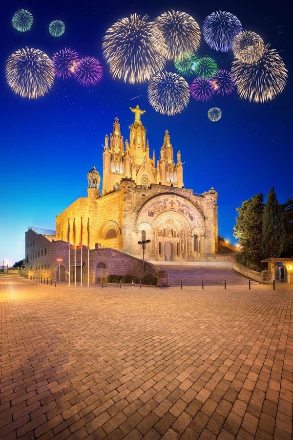 Mooi vuurwerk onder Tibidabo-kerk op berg in Barcelona stock afbeeldingen