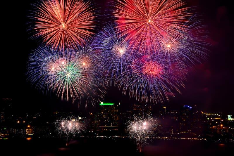 Mooi vuurwerk op stadsachtergrond royalty-vrije stock foto
